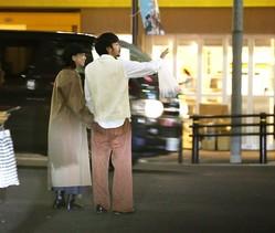 11月のある夜、中目黒商店街を寄り添い歩く二人。森川の右手は太賀のズボンの左ポケットにインしていた