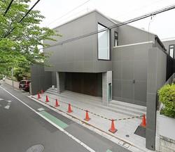 要塞のようなハズキルーペ会長・松村謙三氏の豪邸。重厚な茶色の扉、黒壁の2階建てで、高さは8m以上。大きな邸宅が並ぶ成城でも、ひときわ目を引く