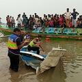 バングラデシュ・パドマ川で、事故で大破した高速船を調べる警察(2021年5月3日撮影)。(c)AFP