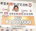 交流戦MVPに輝き賞金ボードを手に「熱男」ポーズする松田宣(撮影・岡田 丈靖)