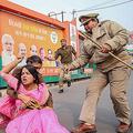 インド・ウッタルプラデシュのラクノーで、レイプ事件に抗議する女性活動家を制止する警察(2019年12月7日撮影、資料写真)。(c)STR / AFP