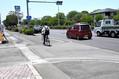 事故が発生した現場。写真手前から奥に続く国道沿いの歩道と市道が交わる地点で、散歩中の男性に自転車が衝突した=2019年6月17日午後0時45分、熊本市東区湖東3丁目、渡辺七海撮影