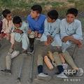 不発弾の爆発で片脚、もしくは両脚を失った子どもたち。アフガニスタン東部ナンガルハル州にて(2019年4月30日撮影)。(c)NOORULLAH SHIRZADA / AFP