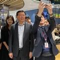 7日、ソウルのロッテワールドタワーにある社員食堂で従業員らと記念撮影をしている辛東彬会長。[写真 ロッテホールディングス]