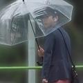 ビニール傘を指す二宮和也。嵐初のパパとなった(写真は2018年9月)