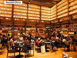 日本では中国の国慶節連休期間に消費税率が8%から10%に上がり、為替相場も変動したが、日本へ旅行に行きたいという中国人観光客の意欲が削がれることはなかった。写真は蔦谷書店。