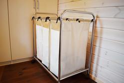 衣類をスッキリ収納してくれるランドリーラックがあれば、家事のモチベーションも上がるんだ|マイ定番スタイル