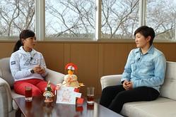 キャディ観を語る成田美寿々(右)と青木瀬令奈(撮影:ALBA)