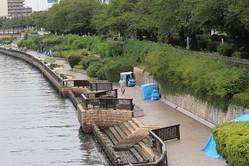 隅田川を挟んで墨田区側に7つのテントが並ぶ