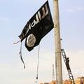 シリア北部ラッカ西方の町で、イスラム過激派組織「イスラム国(IS)」の旗を降ろすクルド人主体の民兵組織「シリア民主軍」(2017年4月30日撮影、資料写真)。(c)DELIL SOULEIMAN / AFP