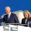 9日、大統領専用機で英国に到着したバイデン米大統領(左)と妻のジルさん=ロイター