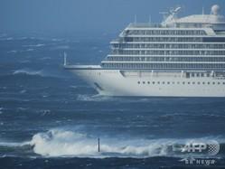 ノルウェー沖で航行不能になった豪華客船「バイキング・スカイ」(2019年3月23日撮影)。(c)Odd Roar LANGE / NTB Scanpix / AFP