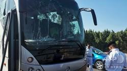 エジプト・ギザのピラミッド近くでの爆発を受け、窓ガラスの割れた観光バス (2019年5月19日撮影)。(c)Sayed HASAN / AFP
