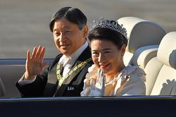 即位を祝うパレードで沿道の人たちに笑顔で手を振られる天皇皇后両陛下