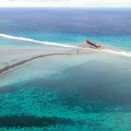 モーリシャス南東沖のブルーベイ海洋公園付近で、座礁した貨物船「わかしお」から流出する重油の黒い帯(2020年8月6日撮影)。(c)STRINGER / AFP