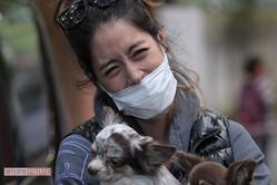 2017年、愛犬を抱え週刊女性の直撃取材に笑顔で応じる森泉
