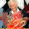 南仏アルルで、チョコレートケーキを前に122歳の誕生日を祝うジャンヌ・カルマンさん(1997年2月21日撮影、資料写真)。(c)GEORGES GOBET / AFP