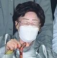 法廷を出る李さん=21日、ソウル(聯合ニュース)