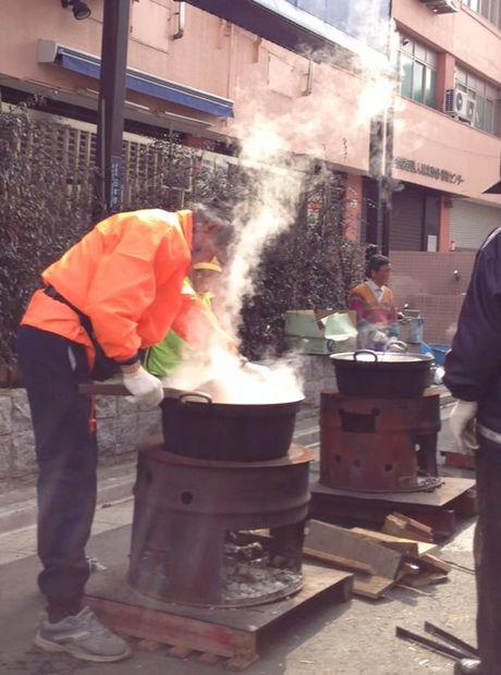 路上で炊き出しを食べるホームレスの4歳女児にボランティアスタッフ「言葉が無い」(アイルランド)