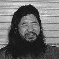 1990年、教団総本部などの捜索を受けて記者会見するオウム真理教代表(当時)の麻原彰晃(本名=松本智津夫)死刑囚(写真=時事通信フォト)