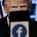 画面に表示されたフェイスブックのロゴと、ドナルド・トランプ前米大統領の写真(2021年5月5日撮影)。(c)Olivier DOULIERY / AFP