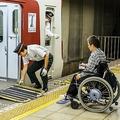 周囲からは舌打ちされ改札から乗車まで20分「車椅子移動の現実」