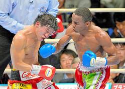 2013年12月、亀田大毅氏(左)がリボリオ・ソリス氏に判定負けを喫した一戦。王座を巡って混乱が生じた