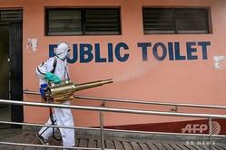 ネパール・カトマンズで消毒作業をする人(2020年9月17日撮影)。(c)PRAKASH MATHEMA / AFP