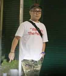 中目黒を歩く入江慎也。毎日1時間、清掃活動をしているとも報じられたが、運動不足なのか体型が変わっていた