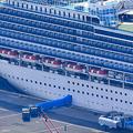 乗客の下船が続く大型クルーズ船ダイヤモンド・プリンセス号=2020年2月20日午前10時45分、横浜市の大黒ふ頭、朝日新聞社ヘリから、山本裕之撮影
