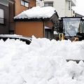 福井市内で道路に積もった雪を取り除く除雪車(13日午前)