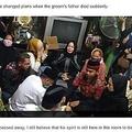 イスラム教の裁判官に手を握られ結婚式を行う夫婦、そばには新郎の父の遺体が(画像は『Mashable SEA 2020年7月16日付「Indonesian couple marries next to the lifeless body of groom's father. Wait, what?」(IMAGE:Tribun News)』のスクリーンショット)