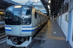 横須賀・総武快速線を走る現行のE217系は普通車の一部にクロスシートが採用されている