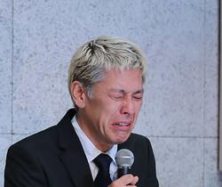 謝罪会見をする田村亮さん(2019年7月、時事)