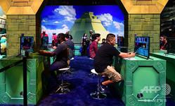 米ロサンゼルス開催のゲーム見本市「エレクトロニック・エンターテインメント・エキスポ」でゲームをプレーするゲームファン(2018年6月13日撮影)。(c)Frederic J. BROWN / AFP