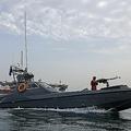 イラン港湾都市バンダルアバス沖に停泊する英船籍のタンカー「ステナ・インペロ」を監視するイラン革命防衛隊(2019年7月21日撮影、資料写真)。(c)Hasan Shirvani / MIZAN NEWS AGENCY / AFP