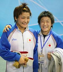 レスリング界きっての有名姉妹、伊調馨(左)と千春(時事通信フォト)