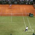 ロジャー・フェデラーとラファエル・ナダルが対戦したテニスのエキシビションマッチ「バトル・オブ・サーフェス」の様子(2007年5月2日撮影)。(c)AFP=時事/AFPBB News