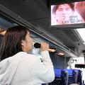 バスの車内で「1人カラオケ」を楽しむ女性=2020年5月20日午前11時35分、新潟市南区上塩俵、小川聡仁撮影