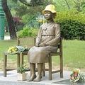 ソウル近郊の公園に設置された慰安婦被害者を象徴する「平和の少女像」=(聯合ニュース)