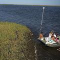 湖で船に乗る家族(2017年5月7日撮影、資料写真)。(c)GEORGES GOBET / AFP