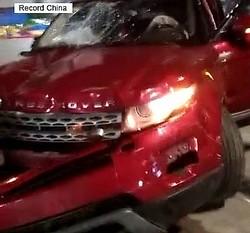 湖北省衡陽市衡東県で12日、オフロード車が街の広場に突っ込み多くの人をはねるなどで12人を殺害し43人を負傷させる事件が発生した。犯行の主な動機は、過去に言い渡された有罪判決への不満だったことが分かった。写真は犯行に使われた車。