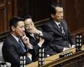 2010年10月19日、衆議院本会議前、前原誠司外相(左)と話し込む仙谷由人官房長官(中央)。右は菅直人首相(肩書はいずれも当時)。