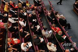 オーストリアで開幕したザルツブルク音楽祭の会場で、間隔を空けて座る観客(2020年8月2日撮影)。(c)BARBARA GINDL / APA / AFP