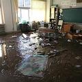 泥だらけになった赤木小学校の教室=15日、福島県郡山市(芹沢伸生撮影)