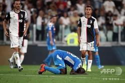 19-20イタリア・セリエA第2節、ユベントス対ナポリ。オウンゴールを献上し悔しがるナポリのカリドゥ・クリバリ(2019年8月31日撮影)。(c)Marco Bertorello/ AFP