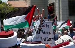パレスチナ自治区ガザ地区で行われたイスラエルによるヨルダン川西岸併合計画に抗議するデモの参加者(2020年7月1日撮影)。(c)MOHAMMED ABED / AFP