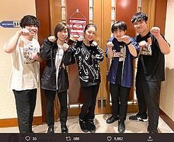 ヒゲダンのライブ後にメンバーと写真を撮った藤あや子(画像は『藤あや子 2020年1月14日付Twitter「髭男初ライブ行ってきました」』のスクリーンショット)