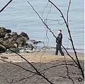 ポーズを取って写真撮影する警察官(画像は『zac.news 2021年2月24日付Instagram「Deceased person at 3rd beach」』のスクリーンショット)