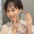 受賞を報告する前田敦子。左手には「指輪なし」(atsuko_maeda_official@より)